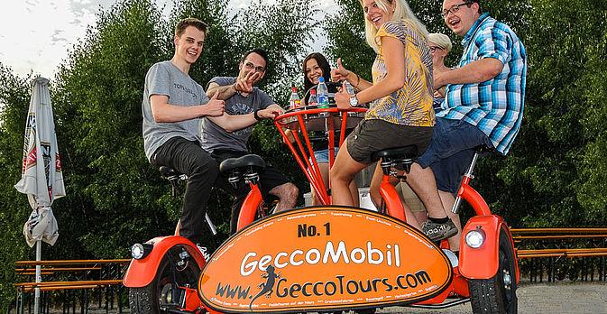 Damit die Tour nicht zu langweilig wird, fährt die Hälfte der Gruppe mit der Draisine, während die andere Hälfte der Gruppe mit unseren GeccoMobilen fährt.