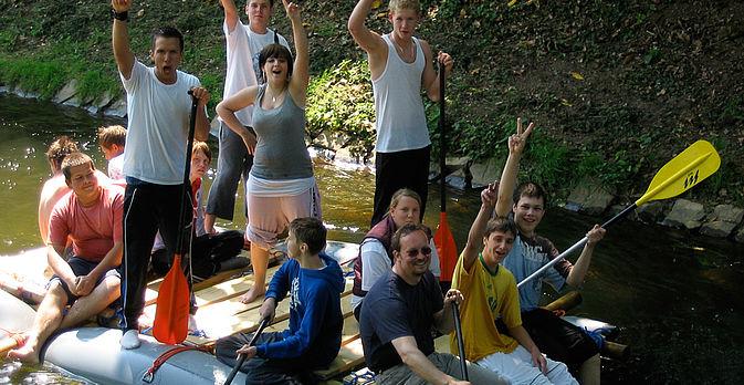 Jugendliche sind ganz begeistert vom Flössen!