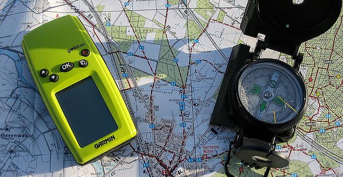 ... und einem GPS Gerät zur Ortung des nächsten Hinweises ...